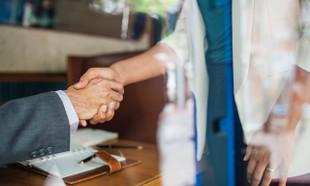 Umowa z pośrednikiem nieruchomości – wzór z omówieniem